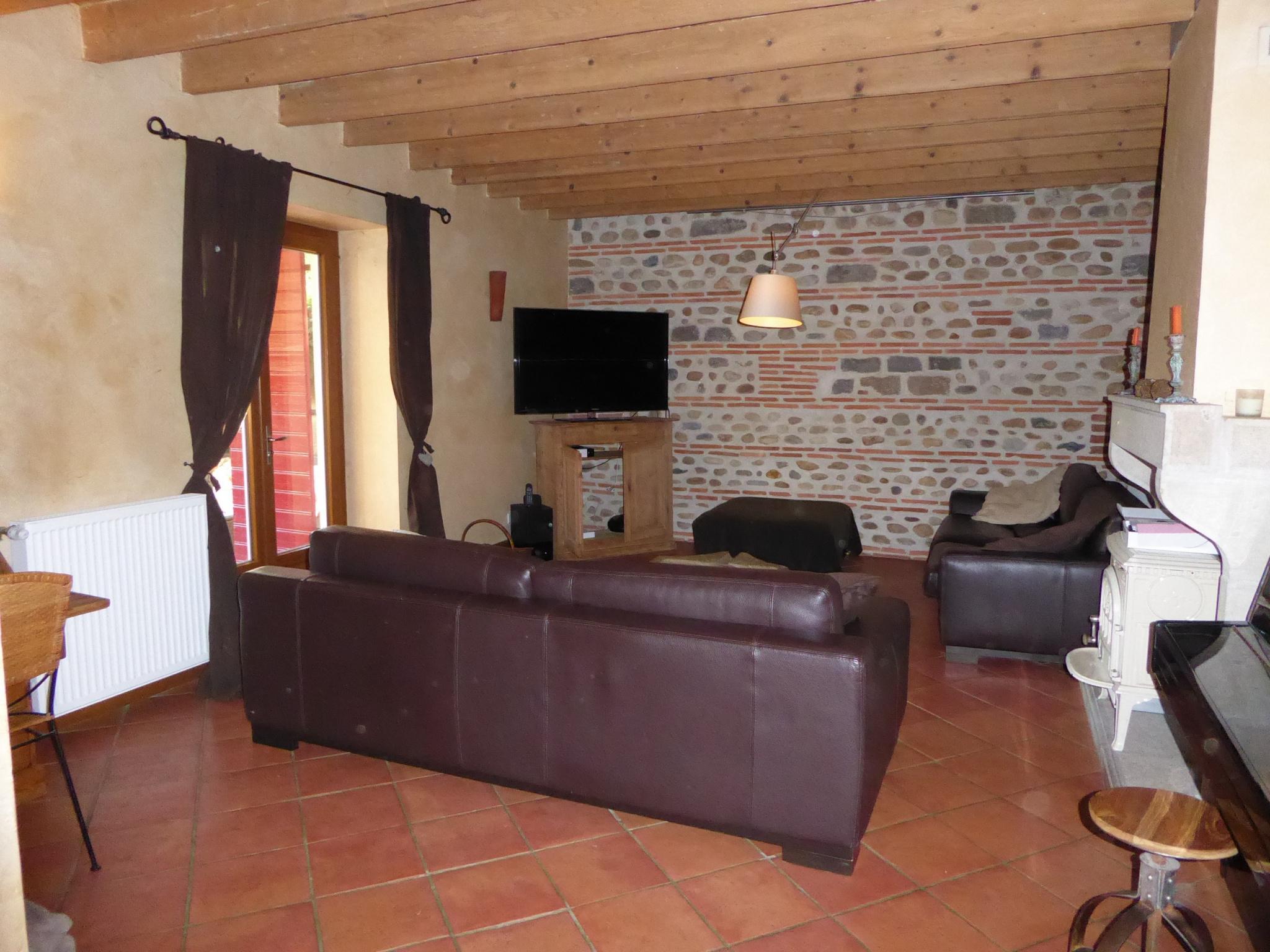 Salon de 27 m² avec cheminée au Rez-de-chaussée.