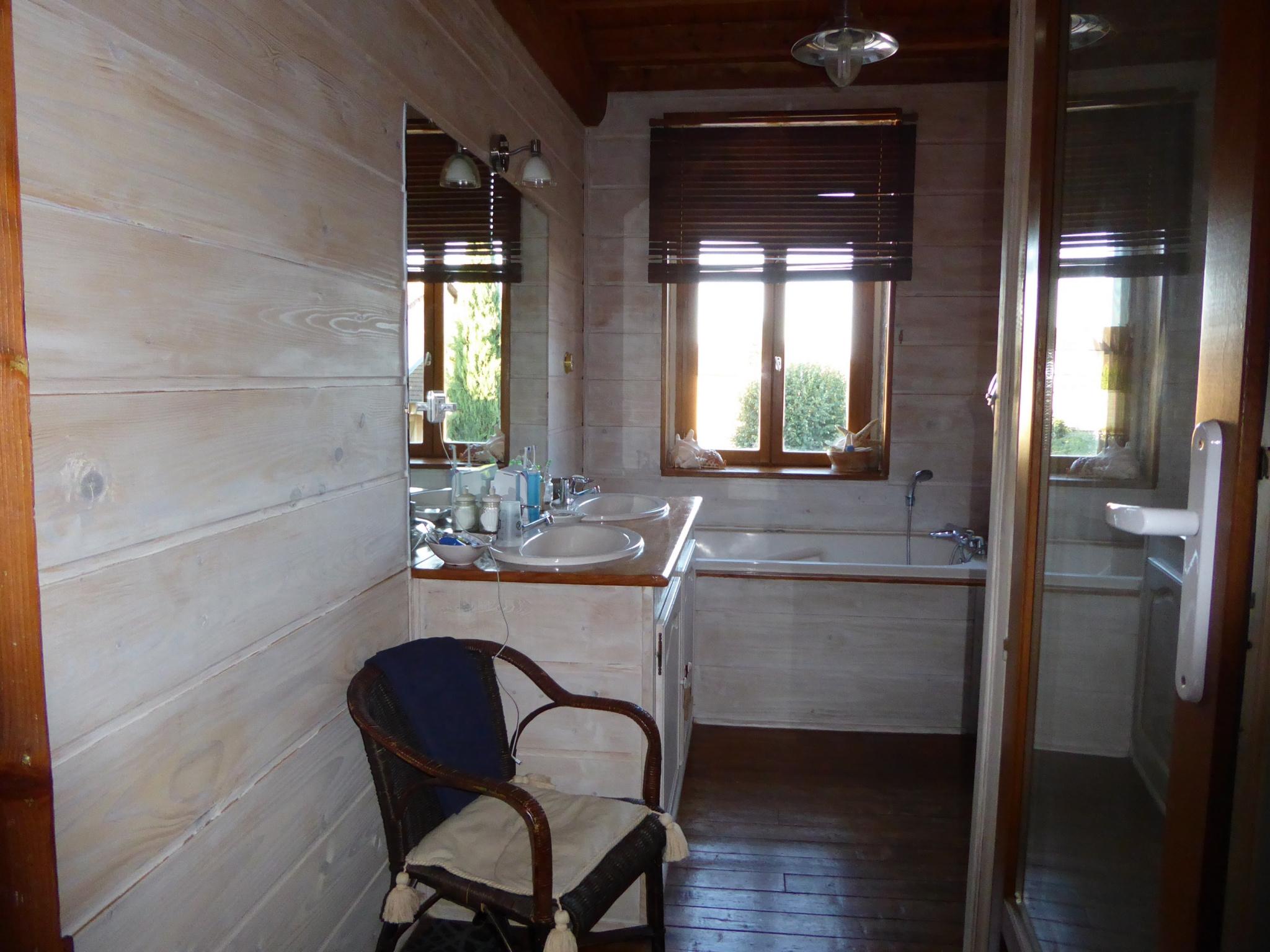 Salle de bains avec douche et wc au 1er étage.