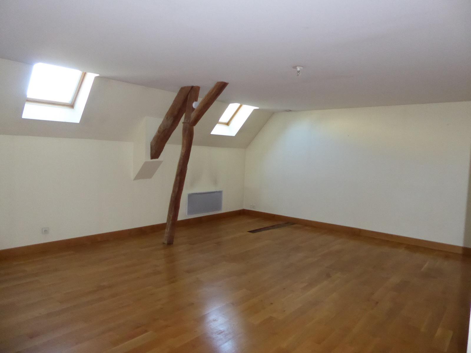 Pièce de 35 m², située à l'étage dans les combles aménag&eac