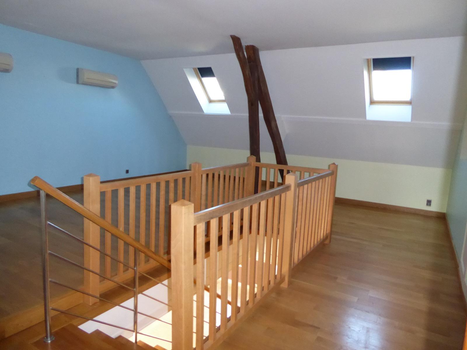 Pièce de 35 m² avec placard, à l' étage, dans les combles aménag&ea