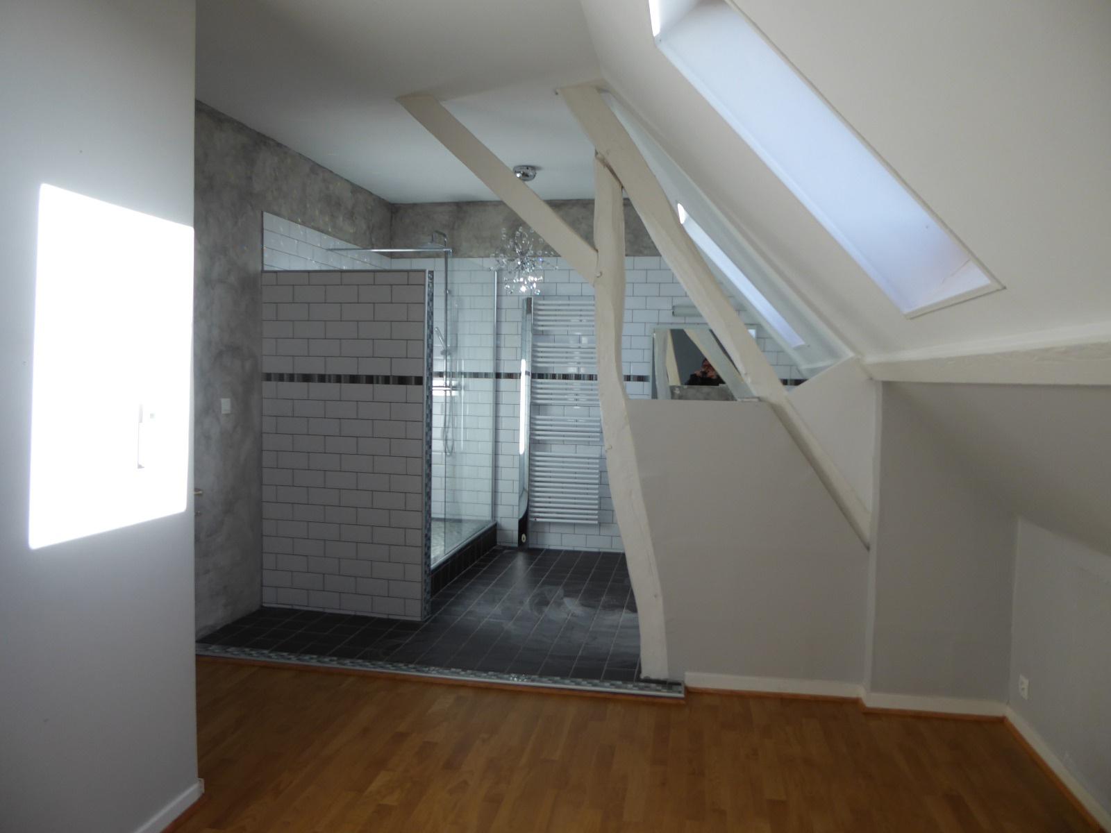 Chambre avec salle d'eau et Wc privatifs, à l'étage, dans les combles aménag&ea